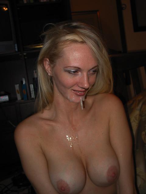 Сексуальная блондинка в сперме на груди и губах