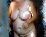 женщина в летнем душе