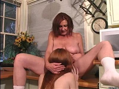 Зрелая мамочка любит молодых девушек