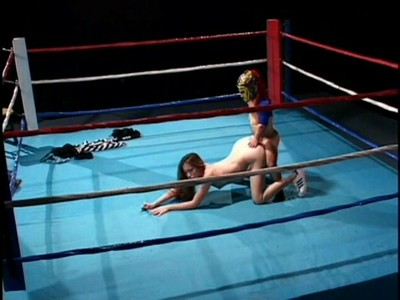 Карлик ебёт девку на ринге