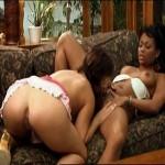 Лесбиянки расположились на диване