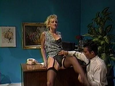 Босс лижет секретарше на столе