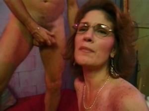 Зрелая женщина любит брать член в рот
