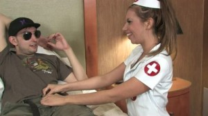 Медсестра сосёт и лижет яйца