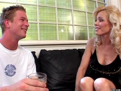 Nicole Moore любит ебать молодых парней