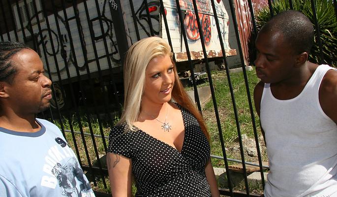 Joclyn Stone любит ебаться с чёрными и большими хуями