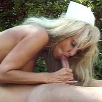 Медсестра оказывает первую секс помощь