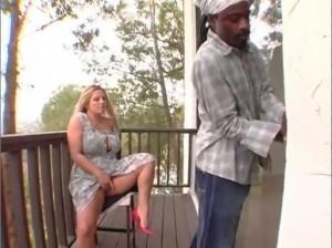 Грудастая девушка соблазнила соседа негра