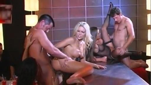 Групповой секс со стриптизёршами в клубе